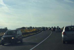 Code sul ponte Paladini, automobilisti inferociti. Silent disco e maxischermo in via Emilia