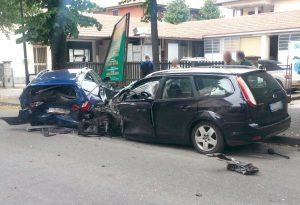 Schianto in pieno centro a Podenzano: tre mezzi coinvolti, un ferito