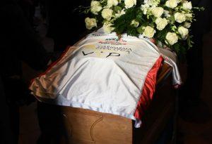 La maglia del Piacenza Rugby per l'addio a Carlo Mazzoni. Chiesa gremita