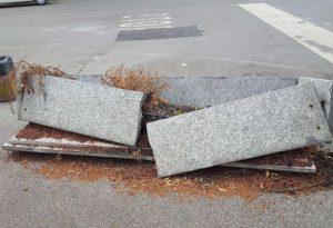 Fioriera distrutta e rifiuti: degrado al parcheggio di via XXI Aprile