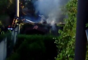 Divampa l'incendio nel ricovero attrezzi, arrivano i vigili del fuoco alla Bonina