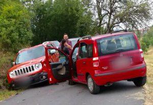 Schianto frontale tra due auto: cinque feriti, una in serie condizioni