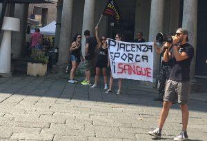 Protesta sotto il Comune per la morte del cinghiale Agostino