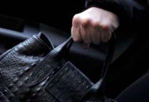 Ondata di furti in città: nel bottino contanti, cellulare, gioielli e abbigliamento