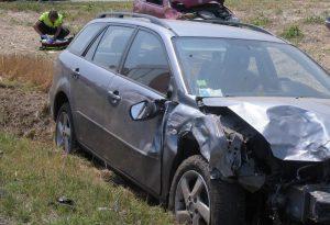 Tamponamento tra due auto: donna sbalzata fuori dall'abitacolo. E' grave