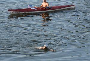 Tre chilometri e mezzo a nuoto nel Po: nuova impresa di Mistraletti