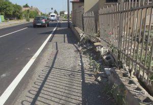 """Semaforo e muretto distrutti dalle auto. I residenti: """"Mettere in sicurezza la strada"""""""