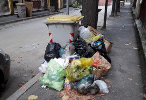 """Rifiuti abbandonati in via Rossi. """"Colpa di alcuni cittadini incivili"""""""