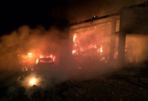 Maxi incendio nella notte: le fiamme divorano un cascinale, muore un pony. LE FOTO