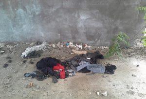 Via Bixio e via del Pontiere: immondizia ovunque e abiti abbandonati
