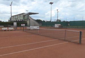 Arresto cardiaco nella doccia dopo la partita di tennis: 54enne salvato con il defibrillatore dagli amici