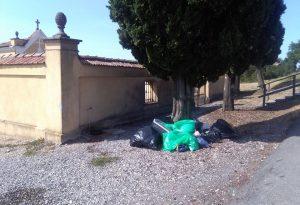 Rifiuti abbandonati al cimitero di Monticello, cittadini indignati