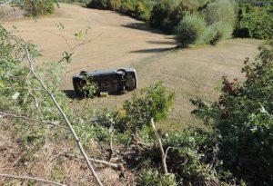 Vernasca, auto esce di strada e finisce in un campo dopo un volo di tre metri: due anziani in gravi condizioni