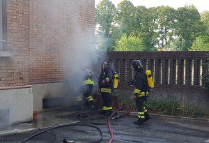 A fuoco le cantine, quattro intossicati in via San Sepolcro