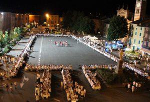 Bettola, piazza Colombo invasa per la Cena bianca LE FOTO