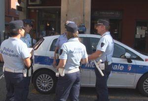 In bici in via Venti, auto in piazza Cavalli, soste abusive: raffica di multe