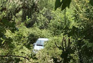 Si lancia dall'auto in corsa prima che precipiti nella scarpata: 81enne vivo ma in condizioni gravi