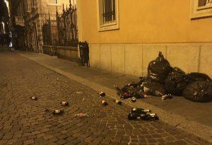 Auto che sfrecciano, vandali e rifiuti in mezzo alla strada: le difficili notti del Corso