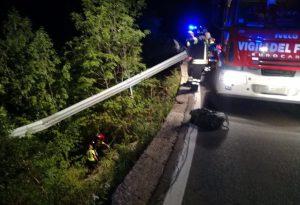 Precipita con l'automobile in un burrone, guidatore soccorso e salvato
