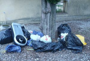 Lasciava cumuli di rifiuti al cimitero di Monticello, scoperto e multato