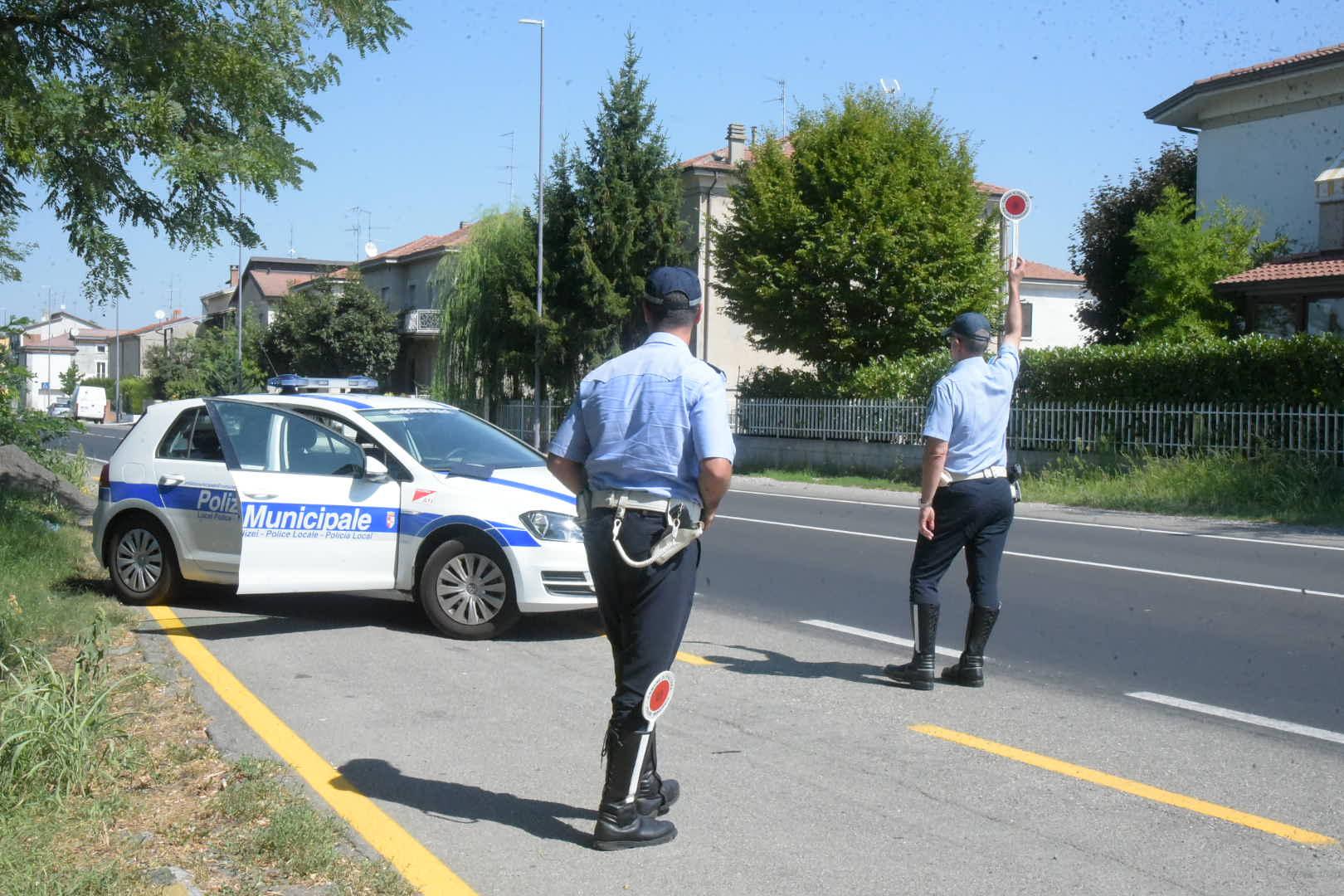 Telefonino alla guida, in agosto 40 sanzioni a Piacenza. Rilevati 97 incidenti stradali, più di tre al giorno