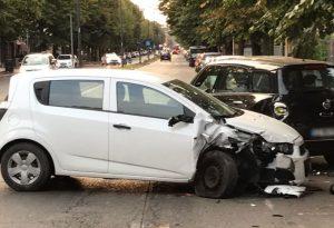 Incidente in via Cella, perde il controllo e centra le auto in sosta