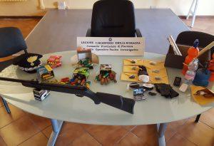 Apre la porta di casa con avvocato e carabinieri: sul tavolo cocaina. In casa anche una carabina