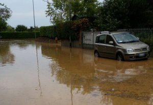 Suzzano, tempesta di grandine: strade allagate e fango nelle case