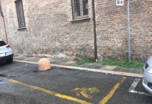 """""""Piovono panettoni dal cielo?"""". In via S.Tomaso, parcheggio-invalidi impossibile"""
