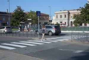 """In piazzale Marconi resuscitate le """"zebre"""" per l'attraversamento a piedi"""
