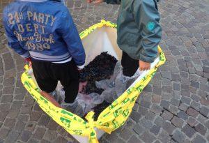 Campagna amica: i bambini pigiano l'uva in Piazza Duomo