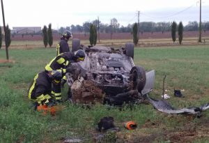 Auto perde il controllo e si ribalta nel campo dopo lo scontro con un camion