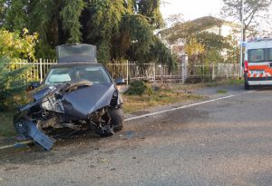 Castelsangiovanni, auto sbanda ed esce di strada. Ferita una donna