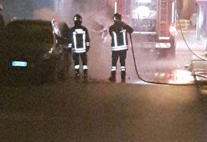 Paura a Castello: un'auto investita dalle fiamme, intervento dei pompieri
