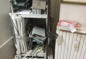 Colpo in banca, mazzate alla porta e bancomat esploso. Guarda il video