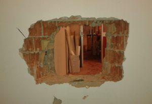 Sventrano il muro dello spogliatoio, ma il colpo va a monte