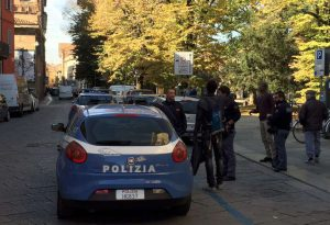 Violenta lite tra stranieri finisce a bottigliate: senegalese ferito al braccio