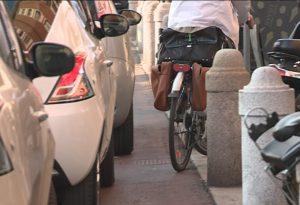 """Auto sulle ciclabili. Negozianti: """"Mancano spazi per carico e scarico"""""""