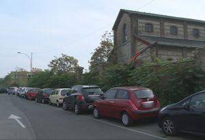 Via Dei Pisoni, parcheggio selvaggio sulla ciclabile. Ma arriverà l'illuminazione
