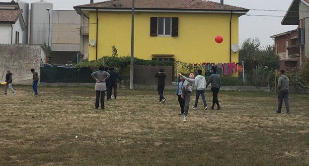 Bambini in campo con la palla, disobbedienza civile a Borgonovo contro il divieto del Comune