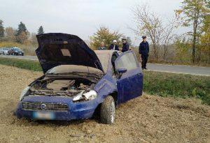 Auto con quattro giovani a bordo sbanda e si ribalta in un campo: due ragazze ferite