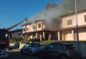 Incendio a Fontana Fredda: tetto in fiamme, intervengono i pompieri