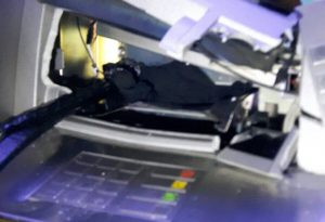 Assalto con esplosivo al bancomat del centro commerciale: banda di rapinatori in fuga. LE FOTO