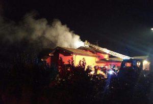Villa va a fuoco, passanti salvano una famiglia. Super lavoro per i pompieri