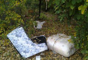 Divano, materassi e rifiuti abbandonati: discarica abusiva a San Nazzaro