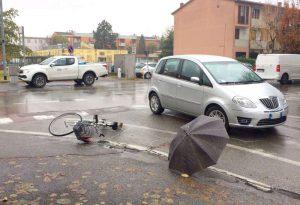 Scontro tra auto e bicicletta a San Nicolò, lievi ferite per una donna