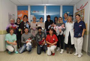 Giornata del prematuro: indumenti realizzati a mano e canto per i piccoli neonati
