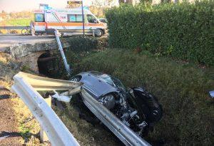 Due auto nel fosso dopo lo scontro: sei feriti, quattro sono bambini. Andavano alla partita di calcio