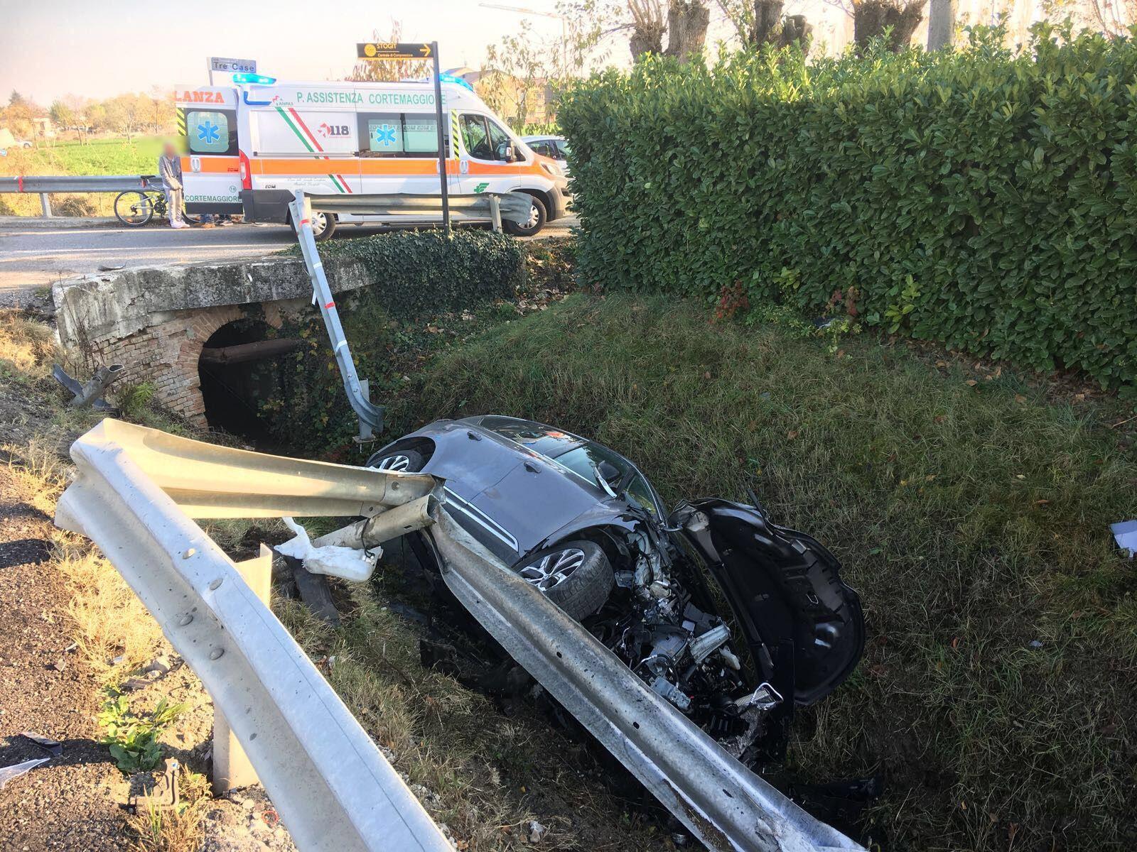 Due auto nel fosso dopo lo scontro sei feriti quattro for Sono due in una partita di calcio