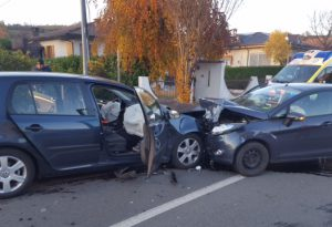 Paura a Ponte dell'Olio: schianto frontale tra due auto lungo la provinciale